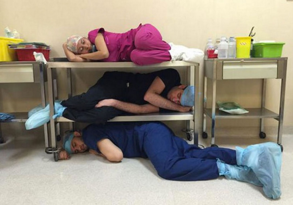 Các bác sĩ tranh thủ ngủ trưa (Ảnh: Internet)