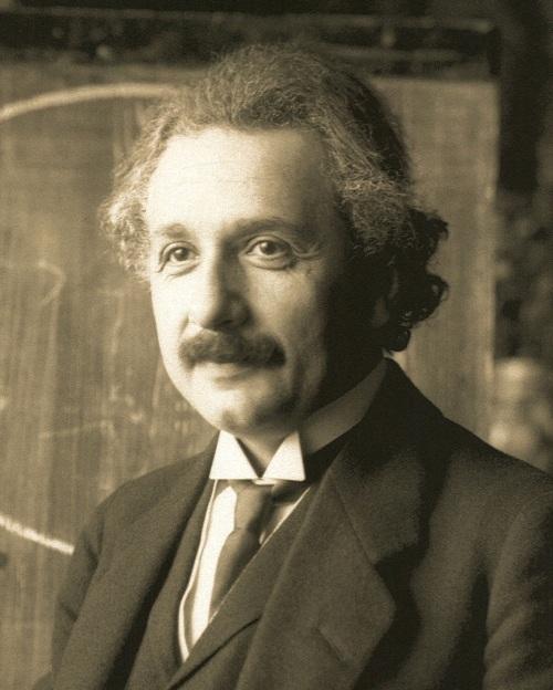 Albert Einstein trong một lần giảng bài tại Vienna vào năm 1921 (42 tuổi). (ảnh: Ferdinand Schmutzer)