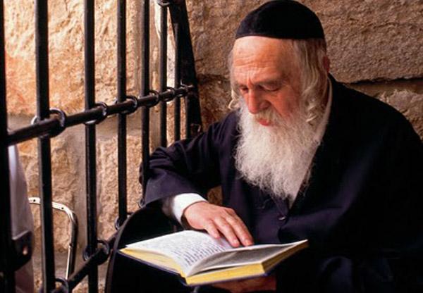 Hình ảnh người Do Thái đọc sách (Ảnh: Getty Images)