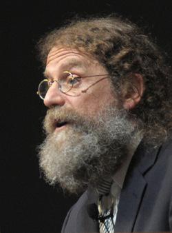 Robert Sapolsky là một nhà sinh học và thần kinh học. Ông nổi tiếng qua đóng góp về các bệnh lý liên quan đến stress. (P. S. Burton/ Bill Branson/ National Institutes of Health Record)