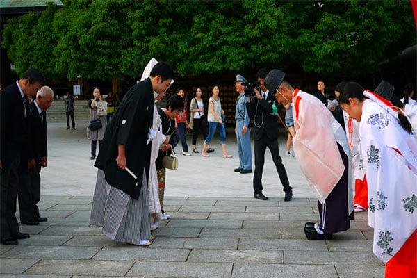 Một cảnh chào hỏi của người Nhật Bản