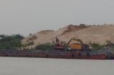 Hành vi khai thác cát gây sạt lở, không có giấy phép bị xử phạt thế nào?