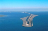 """Cây cầu khổng lồ """"biến mất giữa biển"""" nối liền Đan Mạch và Thụy Điển"""