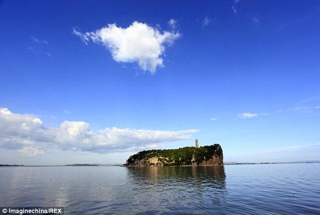 Hòn đảo Luixingdun trên hồ Bá Dương khi chưa bị hạn hán (ảnh: ImageChina/Rex)
