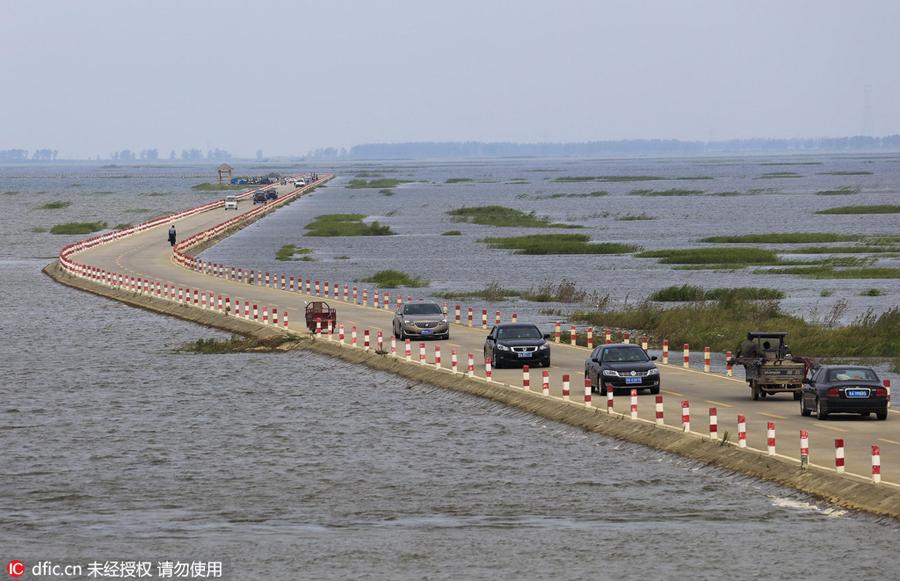 Con đường cao tốc nằm giữa hồ Bá Dương có thể bị ngập vào mùa mưa (ảnh: Photo/IC)