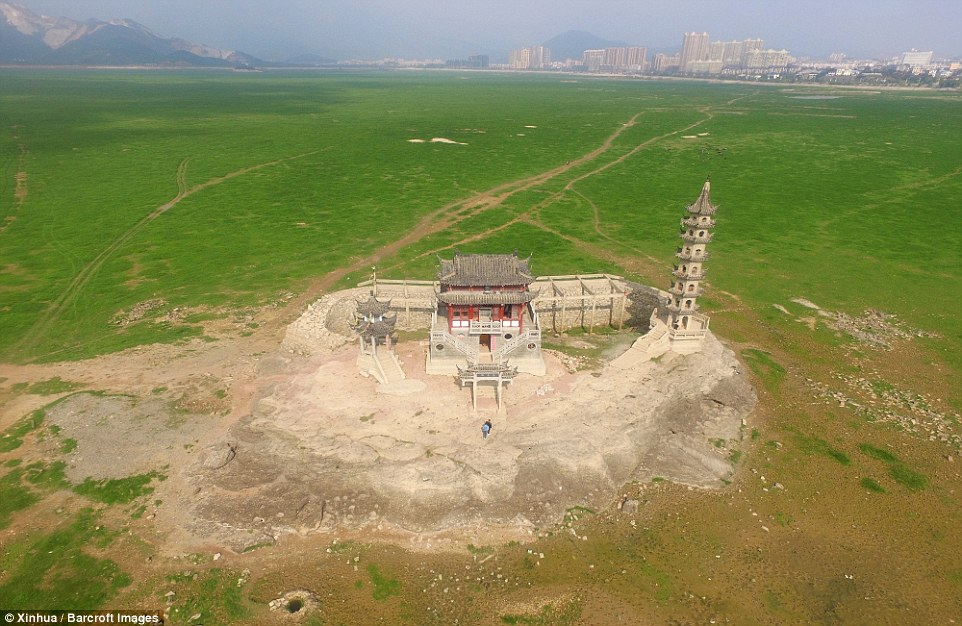 Du khách giờ có thể đi bộ hoặc đi xe máy để đến thăm ngôi chùa nằm trên hòn đảo Luixingdun ở giữa hồ Bà Dương (ảnh: Xinhua)