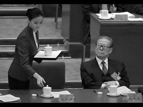 Trong ảnh là cựu lãnh đạo Trung Quốc Giang Trạch Dân đang nhìn chằm chằm vào nữ nhân viên phục vụ. (Ảnh: internet)