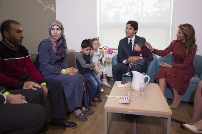 Thủ tướng Canada Justin Trudeau và phu nhân đón tiếp một gia đình người tị nạn tới Vancouver ngày 25/9/2016 (ảnh: THE CANADIAN PRESS/Jonathan Hayward)