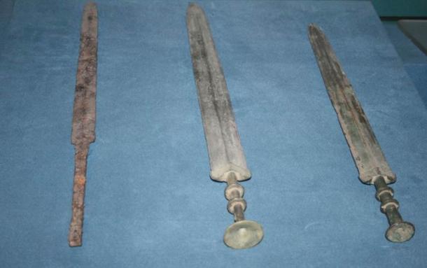 Một thanh kiếm sắt và hai thanh kiếm đồng từ thời Chiến quốc. (Ảnh: Wikimedia)