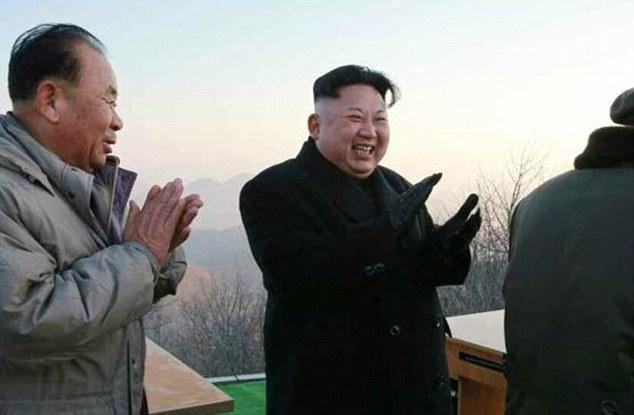 Hình ảnh Kim Jong Un cười và vỗ tay sau vụ thử tên lửa 6/3