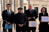 Từ phải qua trái: Luật sư Carlos Iglesias đại diện của DAFOH, luật sư nhân quyền Canada David Matas, nhà điều tra độc lập David Kilgour và nạn nhân Chris Zhao cùng nhau đến Madrid Tây Ban Nha ngày 20/2/2017.