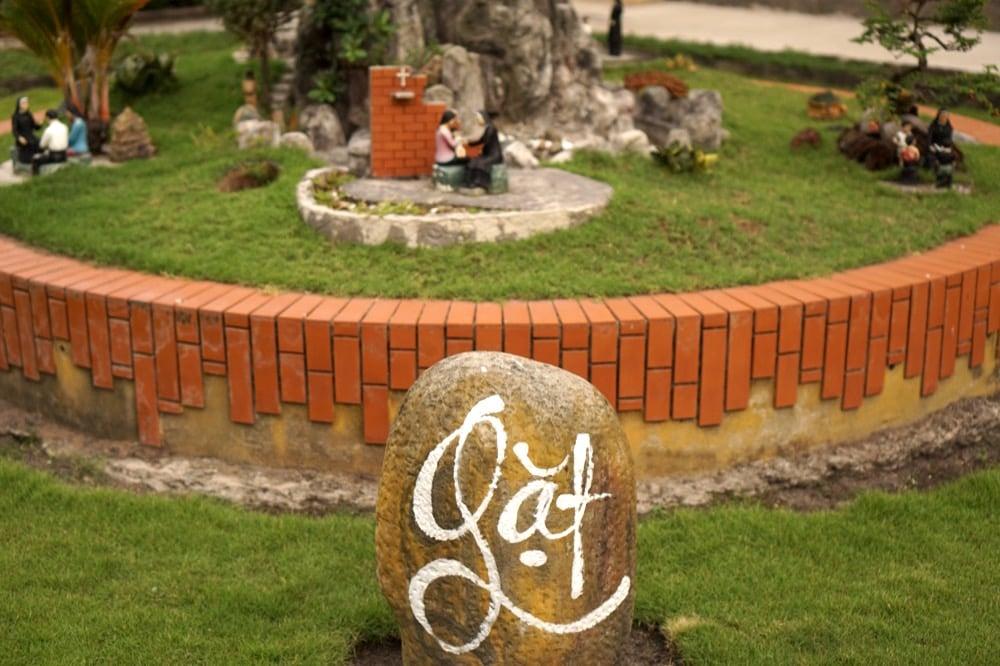 Tiểu cảnh Xưa - Gieo - Nay - Gặt ở trước nhà nguyện (Ảnh: Trí thức VN)
