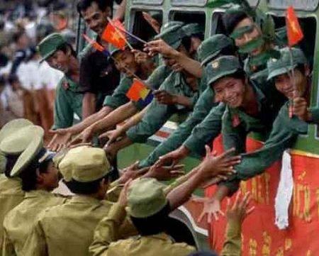 Quân và dân Campuchia quyến luyến chia tay quân Việt Nam rút khỏi Campuchia.