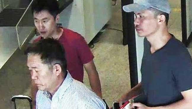Ri Ji Hyon (người đội mũ) tại sân bay trước khi rời Malaysia (Ảnh: Freemalaysiatoday.com)