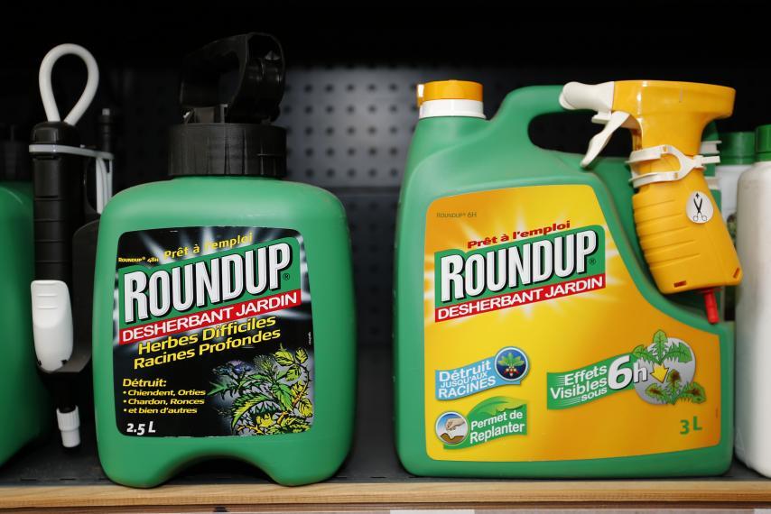 Khoảng 1 tỷ pound thuốc diệt cỏ glyphosate được dùng mỗi năm tại Mỹ (Ảnh: Newsweek)