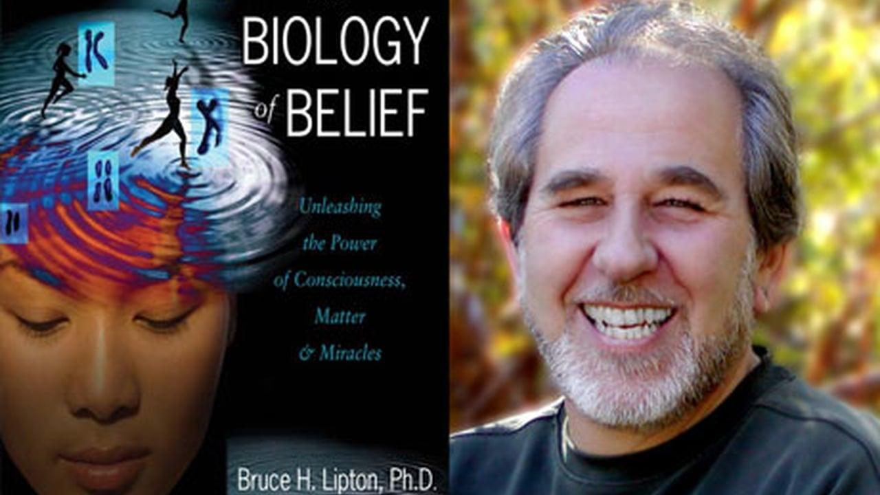 """Bruce Lipton và cuốn sách """"Sinh học niềm tin"""" (ảnh: vimeo)"""