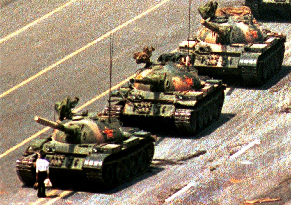Bức ảnh nổi tiếng Người biểu tình vô danh hay Tank man (người chặn xe tăng), chụp một thanh niên đứng chặn đoàn xe tăng tại sự kiện Thiên An Môn 1989. Danh tính của người này vẫn chưa rõ