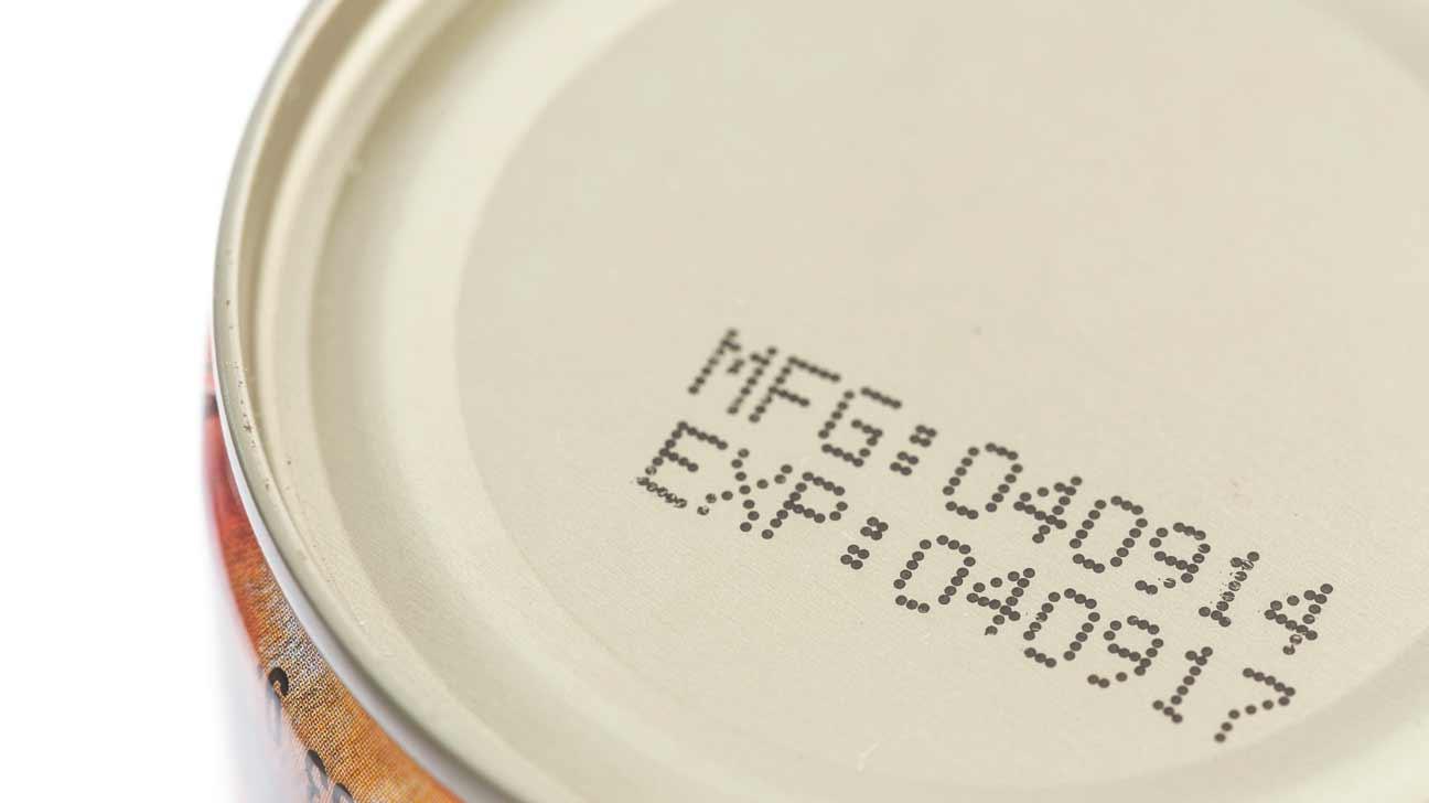 Hiểu nhầm về ngày hết hạn của thực phẩm ghi trên bao bì đã khiến cho hàng ngàn tấn thực phẩm bị lãng phí mỗi ngày (ảnh: healthline)