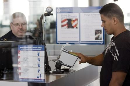Bạn có thể làm gì khi an ninh Mỹ yêu cầu bạn mở khóa điện thoại trước khi nhập cảnh?