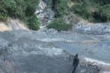 vỡ bể chứa bùn thải