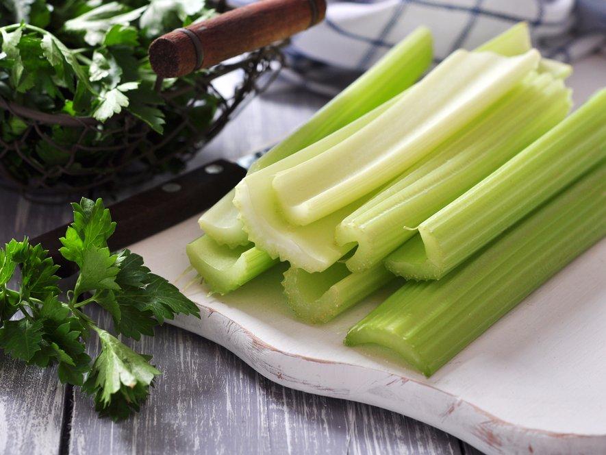 Bạn sẽ hấp thụ được nhiều chất chống oxy hóa trong cần tây nếu ăn chúng khi còn tươi. (Ảnh: Shutterstock/mama_mia)