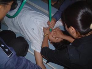 Trong bức ảnh này, cảnh sát sử dụng phương pháp tra tấn bức thực với một học viên Pháp Luân Công tại Trại tạm giam huyện Hồng Kiều ở Thiên Tân, Trung Quốc (Ảnh: Minghui.org).