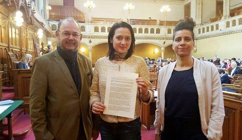 Một nghị quyết lên án nạn mổ cướp nội tạng của chính qyền Trung Quốc, do các nghị sỹ Peter Florianschütz, Gudrun Kugler, và El-Nagashi Faika đề xuất, đã được Nghị viện Thành phố Vienna thông qua vào ngày 7 tháng 4 năm 2017. (Minghui.org)