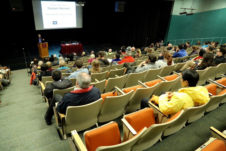 """ÔngDavid Kilgour phát biểu tại buổi chiếu phim """"Thu hoạch Nhân thể """" ở Đại học Ottawa vào ngày 6 tháng 4 năm 2017. (Jonathan Ren / Epoch Times)"""