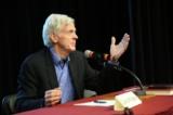 """Ông David Kilgour phát biểu sau buổi chiếu phim """"Thu hoạch Nhân thể """" tại trường Đại học Ottawa vào ngày 6 tháng 4 năm 2017. (Jonathan Ren)"""