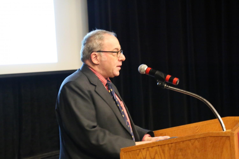 """Ông Fred Litwin, chủ tịch Hiệp hội Phim Tư tưởng Tự do, đã đọc lời khai mạc sự kiện tại buổi trình chiếu phim """"Thu hoạch Nhân thể"""" ở Đại học Ottawa vào ngày 6 tháng 4 năm 2017. (Jonathan Ren/ Epoch Times)"""