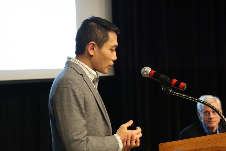 """Phógiáo sư Y.Y. Chen đang nói với khán giả như là người điều tiết cuộc thảo luận sau khi chiếu phim """"Thu hoạch Nhân thể"""" tại Đại học Ottawa vào ngày 6 tháng 4 năm 2017. (Jonathan Ren / Epoch Times)"""