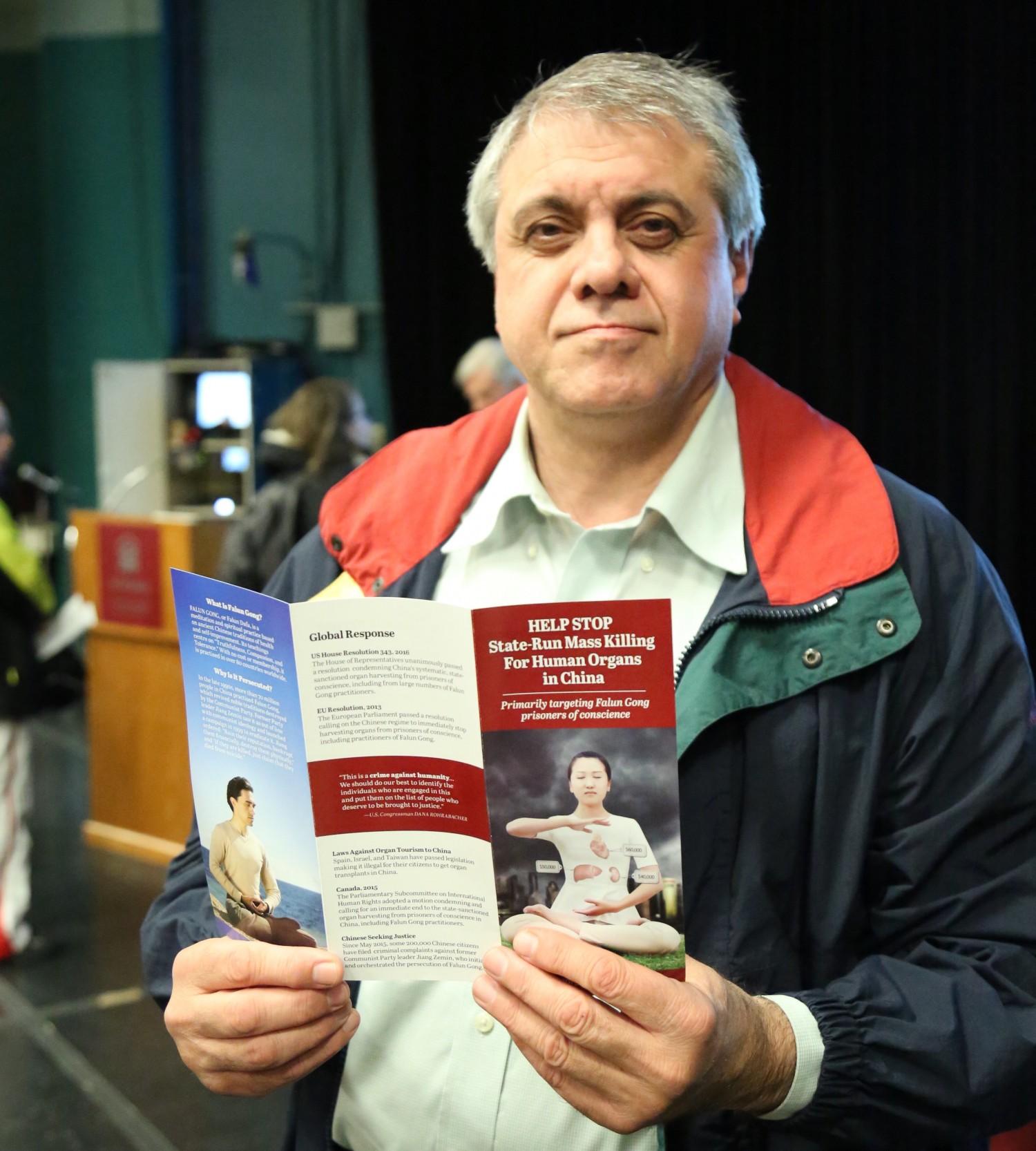"""Ông Shahram Golestaneh của Hiệp hội Dân chủ Iran tham dự buổi chiếu phim """"Thu hoạch Nhân thể"""" tại Đại học Ottawa vào ngày 06 Tháng Tư, 2017. (Jonathan Ren / The Epoch Times)"""