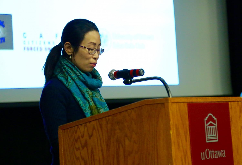 """Cô Hongyan Lu, một người tập Pháp Luân Công phát biểu sau buổi chiếu phim """"Thu hoạch Nhân thể"""" tại Đại học Ottawa vào ngày 6 tháng 4 năm 2017. (Jonathan Ren / Epoch Times)."""