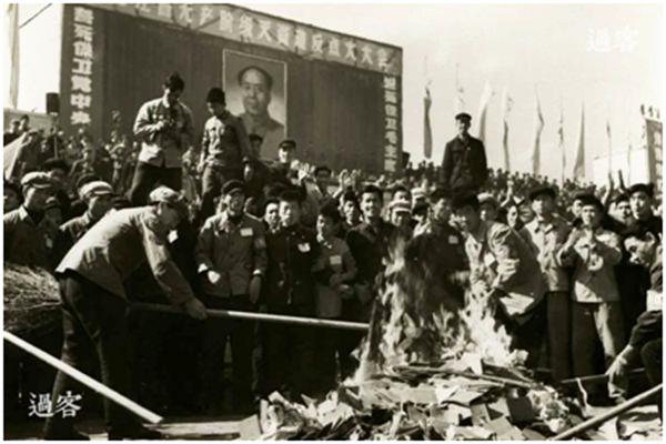 Hồng Vệ binh Trung Quốc đốt sách trong thời Cách mạng Văn hóa. (Ảnh: internet)