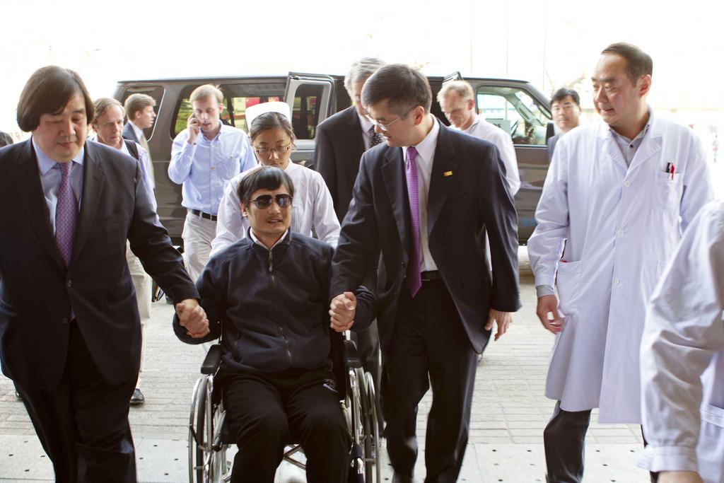 Ảnh chụp luật sư Trần Quang Thành (Chen Guangcheng), một nhà hoạt động nhân quyền người Trung Quốc ngồi giữa cựu Đại sứ Mỹ tại Trung Quốc Gary Locke và tư vấn pháp luật Koh (Ảnh: Bộ Ngoại giao Hoa Kỳ)