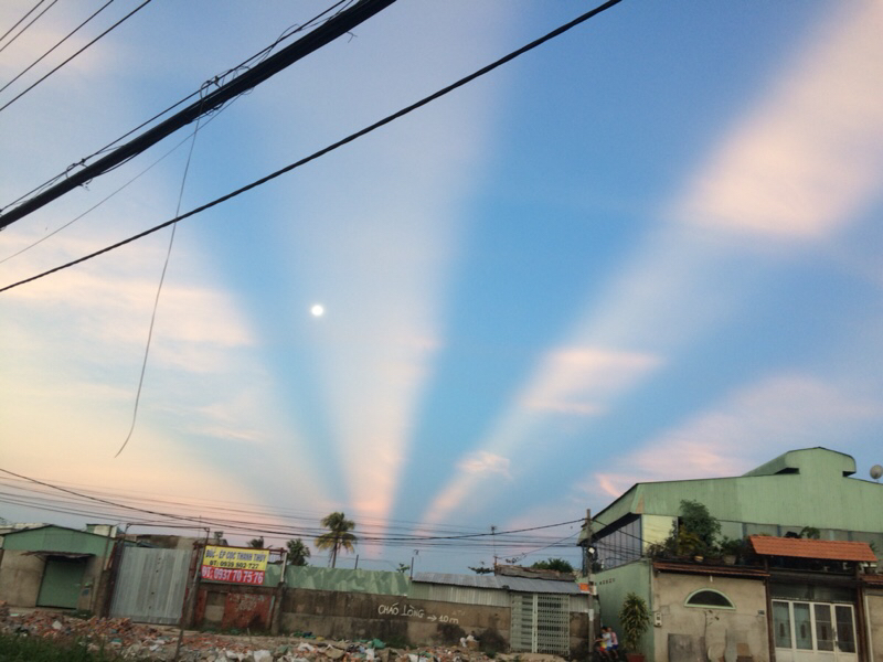 Những vệt sáng đồng tâm xuất hiện trên bầu trời Sài Gòn.