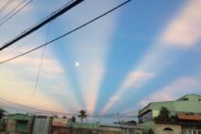 Video những vệt sáng lạ xuất hiện trên bầu trời Sài Gòn (video)
