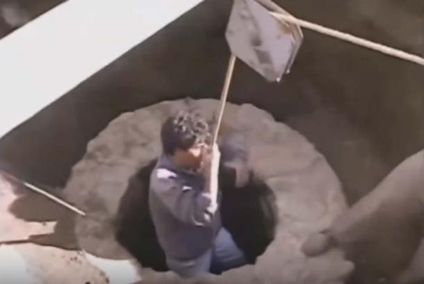 Gomez đang được hạ xuống bên trong cái giếng, sâu 4,3m, bên dưới lại là một hang động sâu khác. (ảnh chụp/Youtube)
