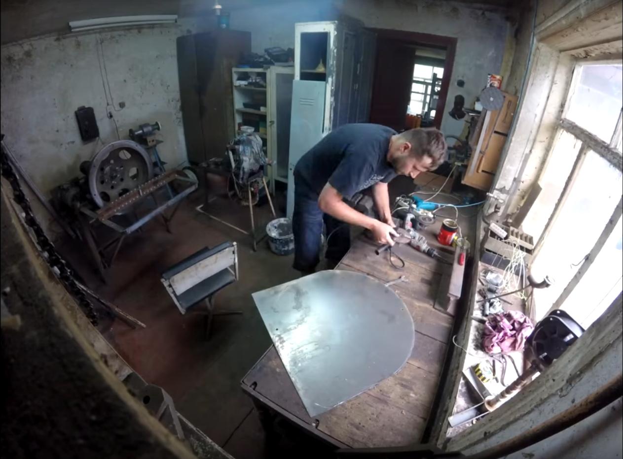 Về đêm, Dmitriy mới có thời gian để thực hiện mơ ước của mình: sáng tạo nên chiếc trống Guda Drum. (Ảnh: GUDA DRUM by Gubarev Dmitrii)