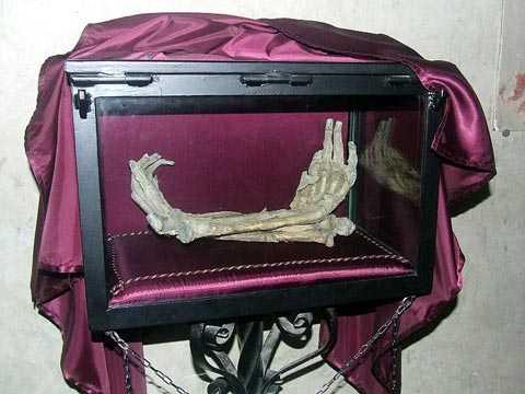 Đôi bàn tay tương truyền là của một tên trộm định đánh cắp thanh gươm nhưng sau đó đã bị bầy sói rừng giết chết. (ảnh: Internet)