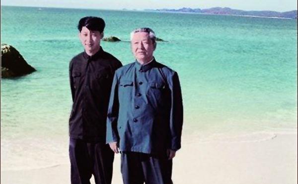 Ông Tập Cận Bình (trái) và ông Tập Trọng Huân.