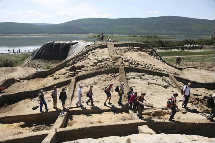 Các bức tường còn sót lại của tàn tích (ảnh: Siberian Times)