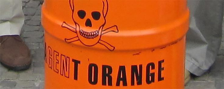 Thuốc diệt cỏ 2,4,5-T được đựng trong các thùng có màu da cam (ảnh: naturalsociety.com)