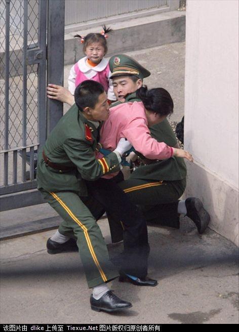 Con gái đứng trong cổng của Đại Sứ quán Nhật bất lực nhìn người mẹ bi cảnh sát Trung Quốc giữ lại. Bức ảnh đã gây chấn động và dấy lên cuộc biểu tình phản đối của người Nhật