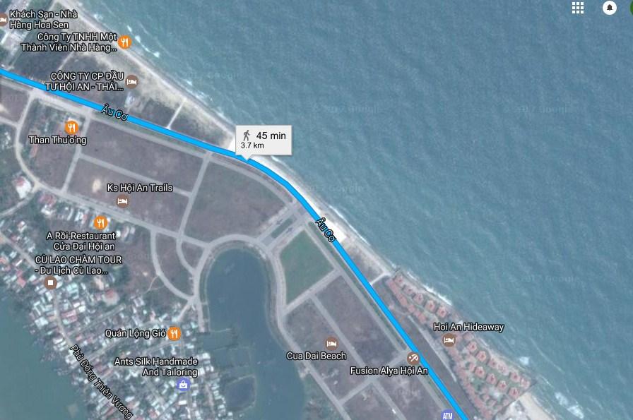 Trước đây, tuyến đường Âu Cơ cách biển hơn 200m nhưng nay biển đã tiến gần sát, có đoạn chỉ còn cách đường dưới 40m. (Ảnh vệ tinh/Google Maps)