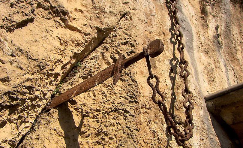 Thanh kiếm Durandal trên vách đá (ảnh qua ceskatelevize.cz)