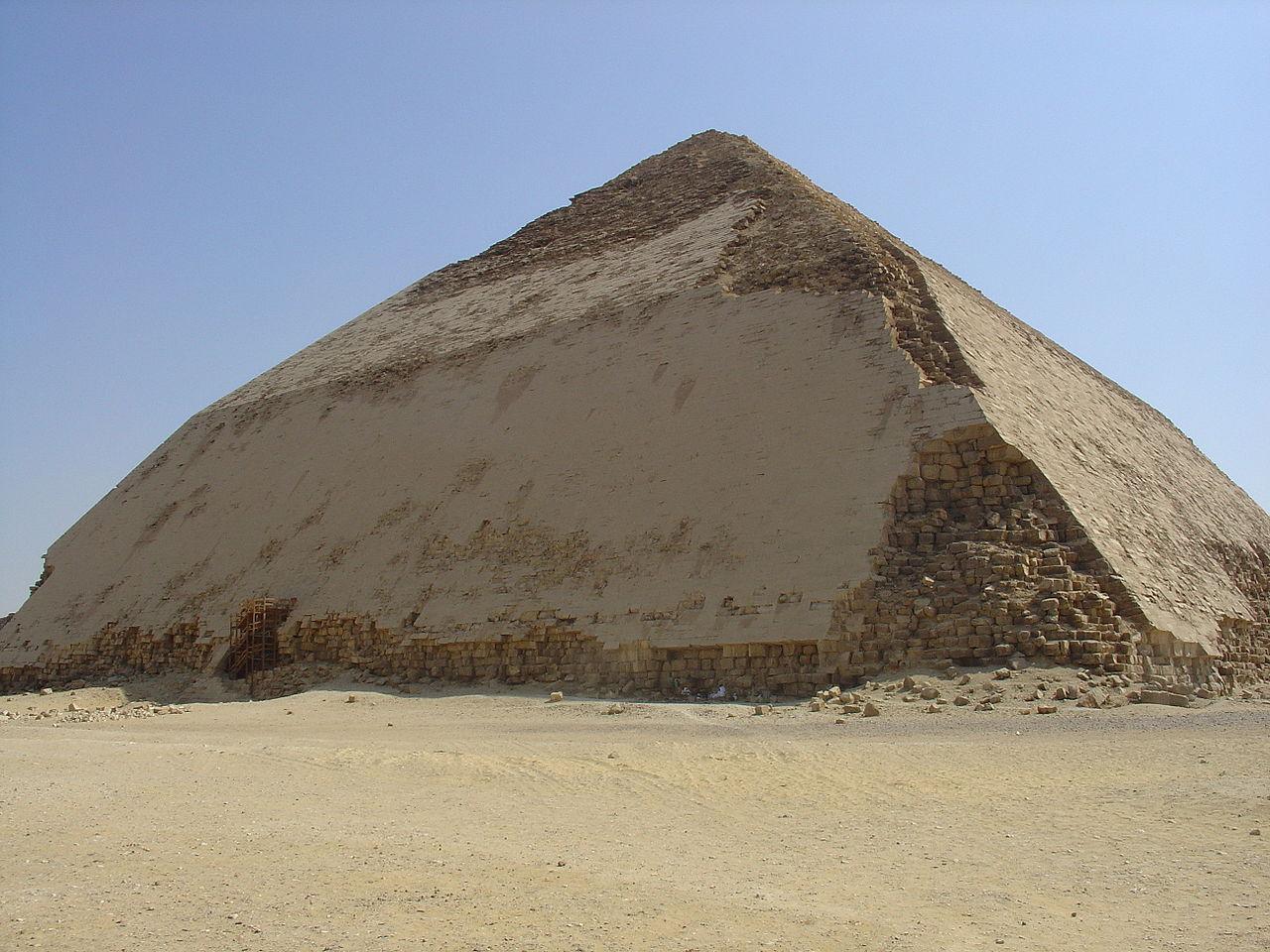 """Kim tự tháp """"Cong"""" (Bent) của Sneferu ở Dahshur. (ảnh: Wikipedia)"""