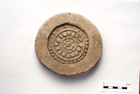 Hình chạm đầu mái ngói theo phong cách Trung Hoa, tìm thấy ở Por-Bajin năm 2007 (ảnh: Wiki)
