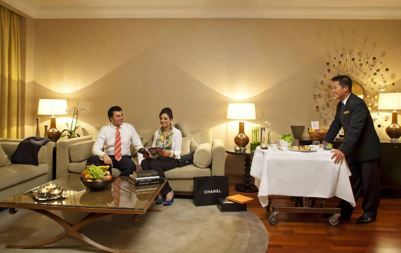 Phục vụ tại phòng ở Gulf Hotel tại Bahrain. (Ảnh qua: theoldstonechapel)