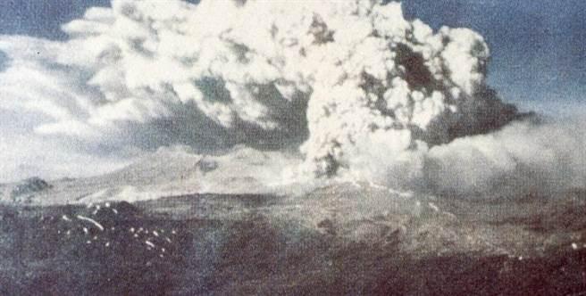 Núi lửa Cordón Caulle phun trào sau trận động đất chính 22/5/1960